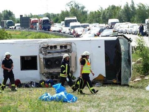 Reisebus verunglückt auf A13 – 19 Verletzte