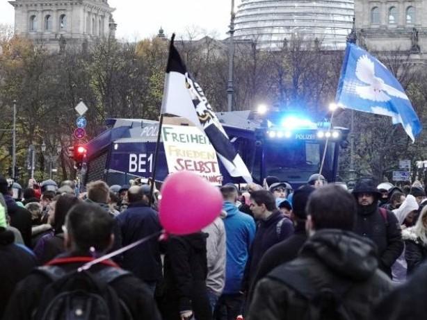 Protest in Berlin: Corona-Demo in Berlin: Impfgegner müssen Route ändern