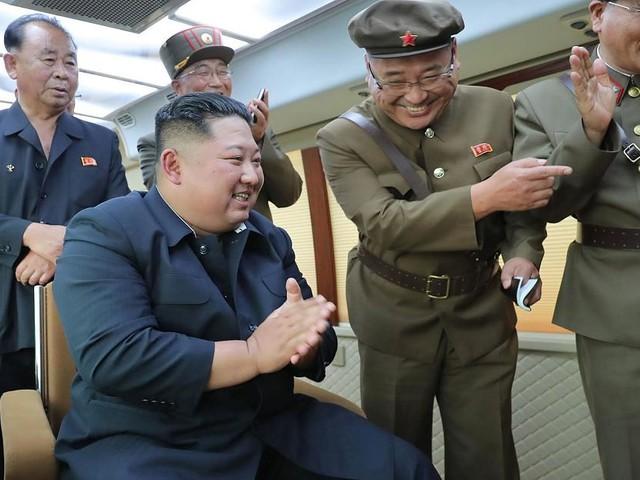 """Machthaber Kim Jong Un dabei - Sechstes Mal in wenigen Wochen: Nordkorea bestätigt Test einer """"neuen Waffe"""""""