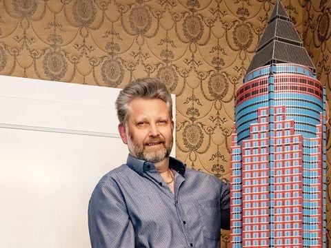 Modellbastler baut Frankfurter Messeturm aus Papier nach