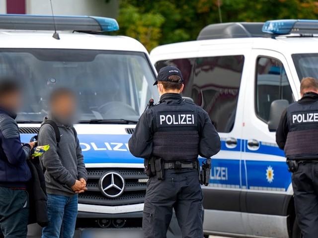Polizei greift 50 Rechtsextreme an der Grenze zu Polen auf