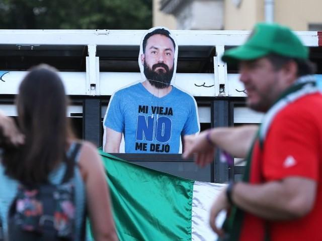 Russland: Er durfte nicht zur WM - also nahmen Freunde eine Pappfigur von ihm mit