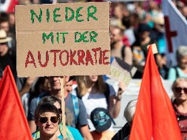 Weitere Blockadeaktion geplant - 20.000 Menschen ziehen vor Frankfurter Messegelände, um gegen IAA zu demonstrieren