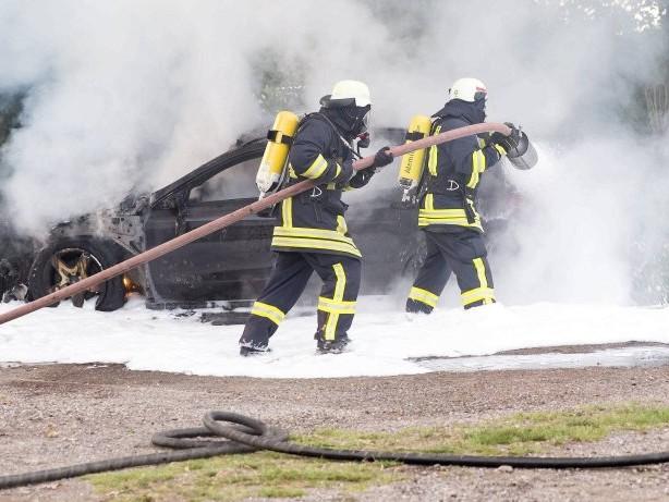 Straßenverkehr: E-Autos löschen: Gar nicht so leicht – das sagen Feuerwehren