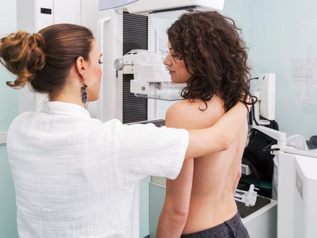 Jede achte Frau bekommt Brustkrebs: Vorsorge auch in Pandemie wichtig
