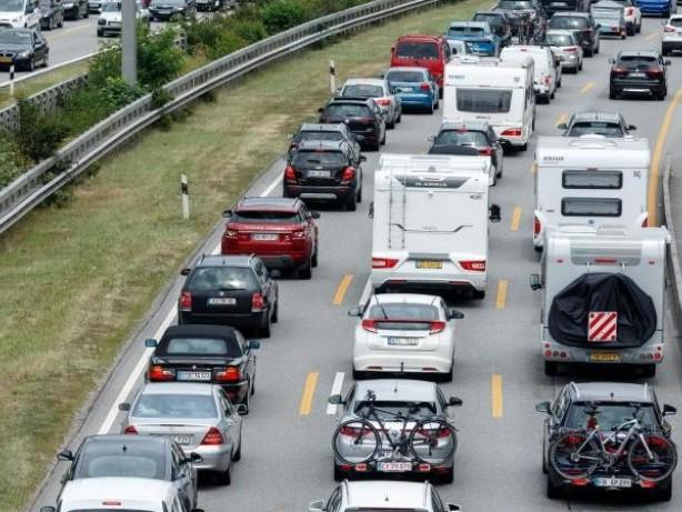 Stauprognose: Mit Verzögerung in die Ferien? Wo sich die Autobahnen füllen