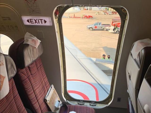 Passagier reißt Notausgang auf – Notrutsche klappt aus