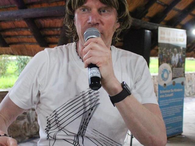 Endlich wieder auf der Bühne: Mickie Krause gibt Konzert in Namibia