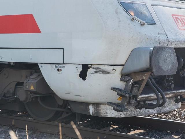 Wesseling/NRW: Zug erfasst Radfahrer auf Bahnübergang – Lebensgefahr