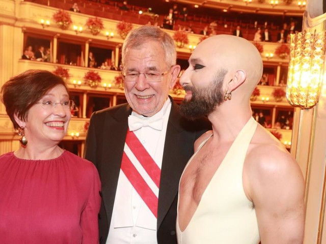 Van der Bellen kommentiert Conchitas neuen Look am Opernball