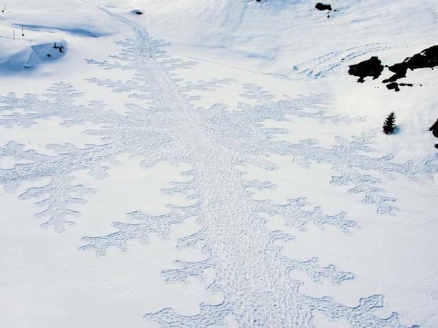Kunst im Schnee: Gletscherbauten und Skulpturen als Mahnmale für die Umwelt