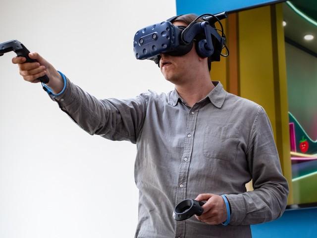 Dieser Box-Roboter schlägt Euch, wenn Ihr in der VR getroffen werdet