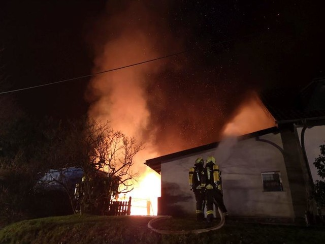 Übergriff auf Wohnhaus drohte: Halle eines Dachdeckerbetriebes in Windeck in Flammen