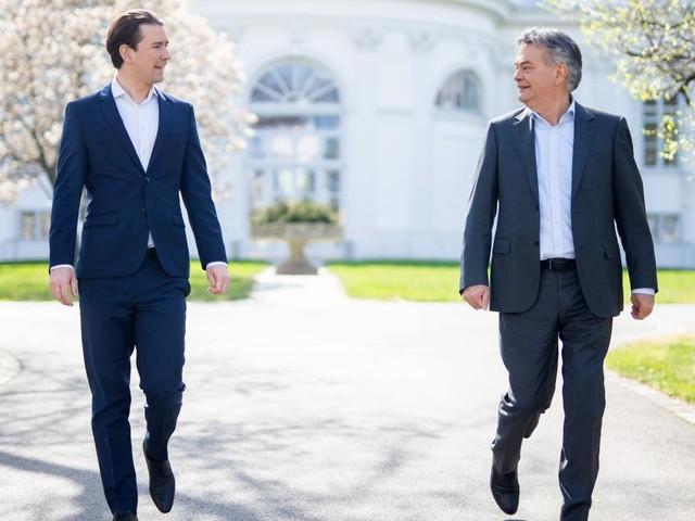 Minister zelebrieren Neustart - gestichelt wird in der zweiten Reihe