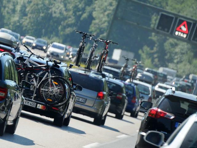 Fahndung nach Unfall auf A8: Schwarzer Golf GTI löst mit Horror-Manöver Crash mit Biker aus - und haut ab