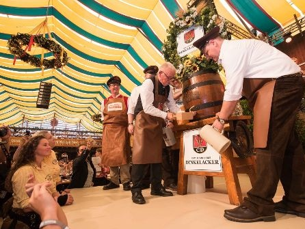 Auftakt Cannstatter Volkfest: OB Kuhn lässt Taten sprechen