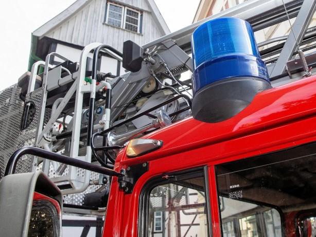 Feuerwehreinsatz: Starke Rauchentwicklung bei Waschanlagen-Brand in Düsseldorf