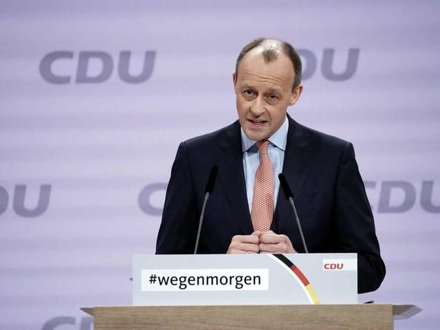 Friedrich Merz (CDU) will zurück in den Bundestag – Sauerland-Duell im Fußballstadion
