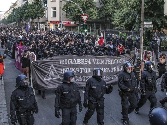 """""""Rigaer 94"""": Demo-Teilnehmer werfen Flaschen und Steine auf Polizei"""