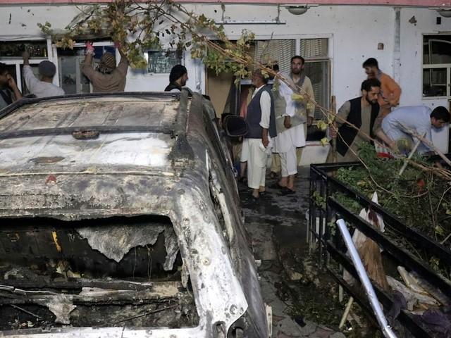 Raketenangriff in Kabul - Als Zamarai Ahmadi von seinen Kindern begrüßt wird, feuern die USA ihre Rakete ab