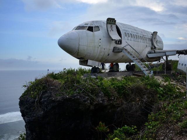 Wie dieses rostige Flugzeug mehr Touristen nach Bali locken soll