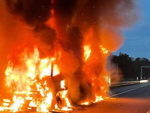 LKw in Vollbrand blockiert die Westautobahn