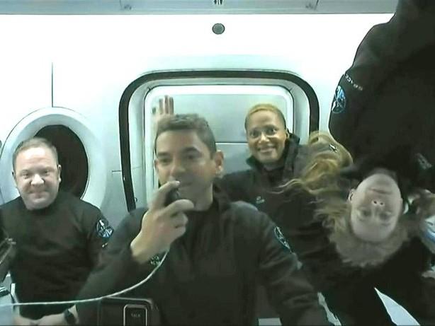 SpaceX-Weltraumtouristen melden sich aus dem All