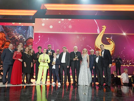 TV-Preise: Eine Henne im Höhenflug.