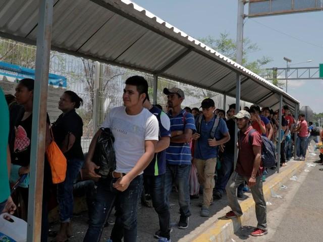 Streit um Abschiebungen: Trumpdroht,illegale Einwanderer inStädteder Demokratenzu bringen