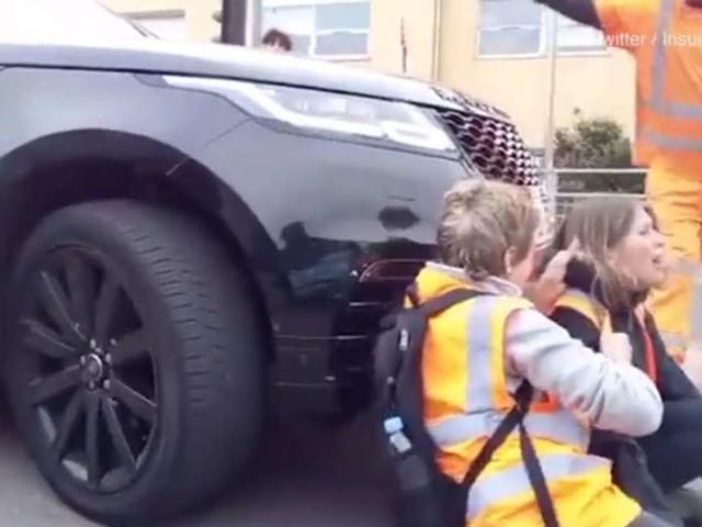 """Range Rover fährt gegen Demonstrantinnen: """"Mein Sohn muss zur Schule!"""""""