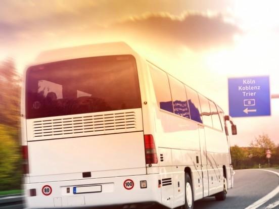Schweres Busunglück auf der A13: Reisebus kippt um - mehrere Menschen schwer verletzt