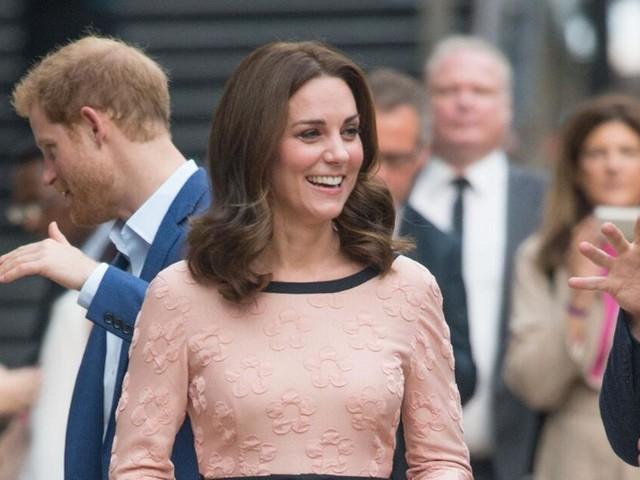 Herzogin Kates Babybauch im rosa Kleid: Wird es doch ein Mädchen?