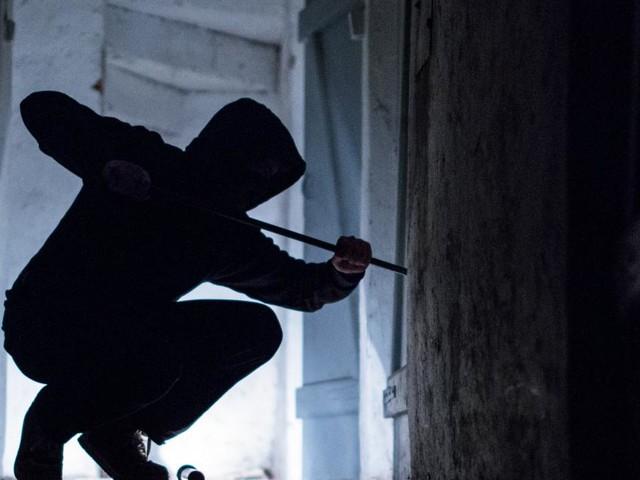83-Jährige zwickte Finger von Einbrecher in der Wohnungstür ein
