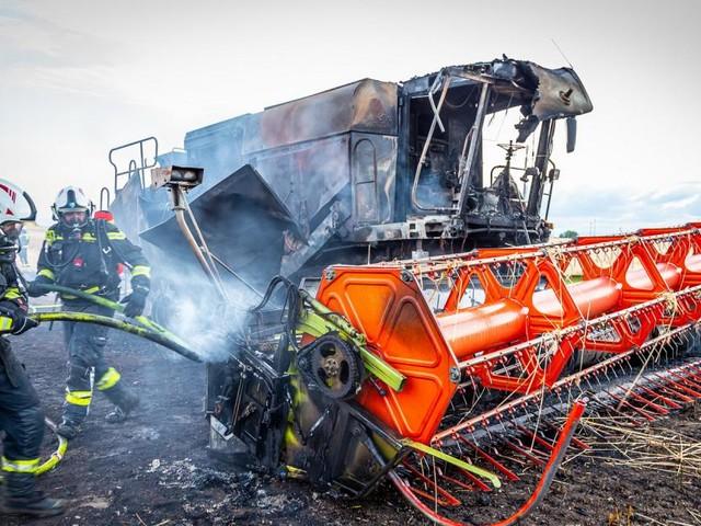 Mähdrescher fing Feuer und setzte Feld bei der SCS in Brand