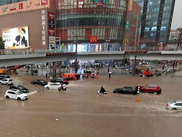 In Millionenstadt Zhengzhou - Hochwasser-Katastrophe in China: 12 Menschen sterben in überschwemmter U-Bahn