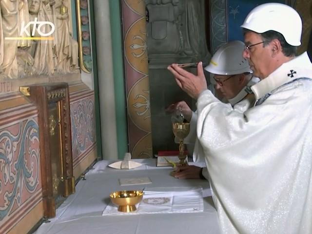 Beten mit Bauhelm: Erste Messe in Notre-Dame seit Großbrand