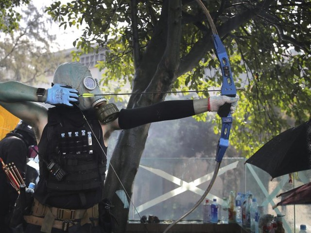Hongkong: Polizist von Pfeil getroffen