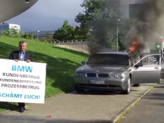 Ärger über Kundenservice - Irrsinnige Protest-Aktion: Unternehmer zündet sein Auto vor BMW-Firmenzentrale an