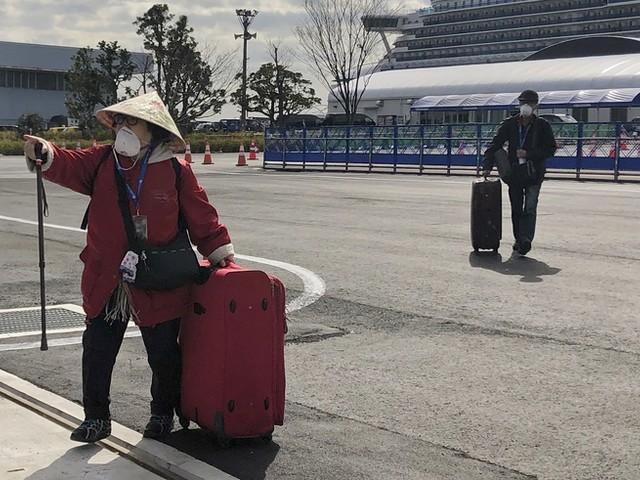 Nach Quarantäne: Erste Passagiere verlassen Kreuzfahrtschiff