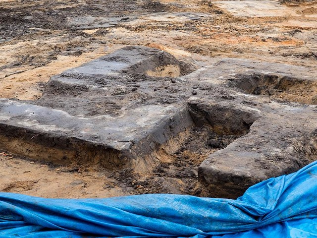 Im Stadtteil Billstedt - Riesiges Hakenkreuz aus Beton auf Hamburger Sportplatz ausgegraben
