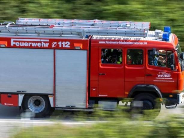Brände: 60 brennende Strohballen auf Feld
