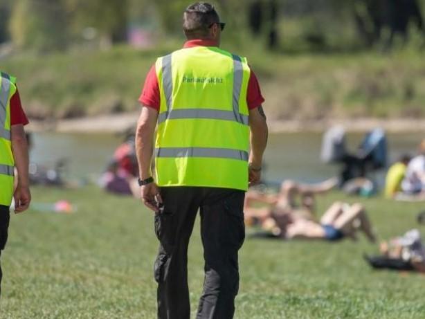 Randale im Englischen Garten: Münchner Polizei: 19 verletzte Beamte nach Einsatz inPark