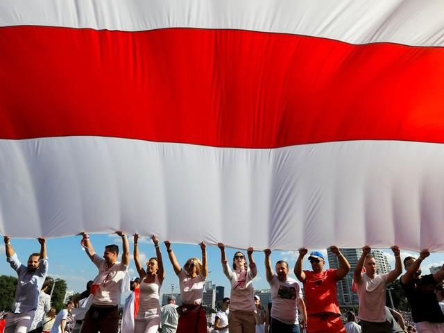 Proteste gegen Lukaschenko: Wo kommt auf einmal die weiß-rote Fahne in Belarus her?