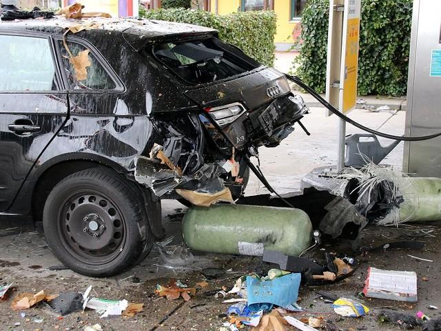 Unglück an Tankstelle in Achern - Heftige Explosion zerreißt Erdgas-Audi: Mögliche Ursache gefunden