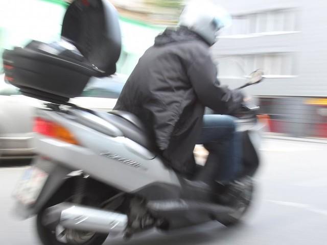 Häftling flüchtet mit Moped und kollidiert mit Straßenbahn