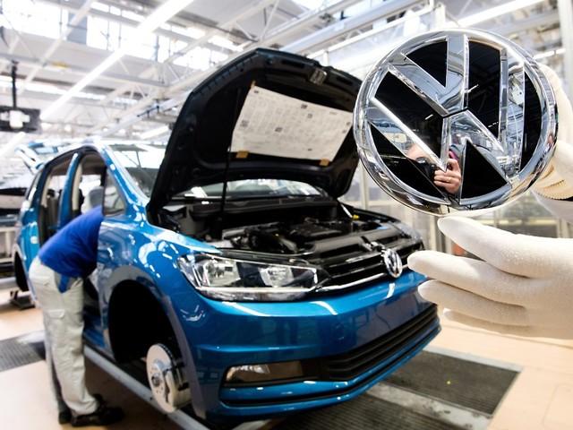 Volle Mitarbeiterversammlung: Osterloh fordert VW-Jobgarantie bis 2028
