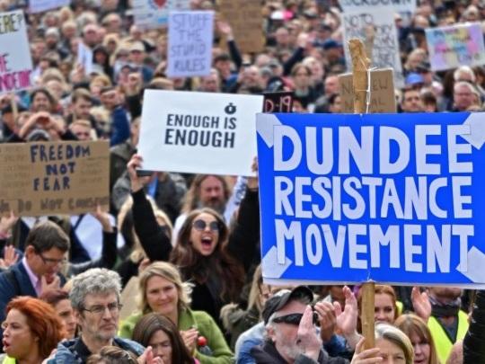 London - Tausende demonstrieren gegen Corona-Restriktionen