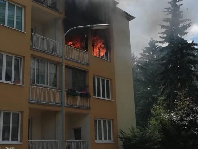 Wohnungsbrand in Wien-Meidling: Tür und Fenster aus Verankerung gerissen