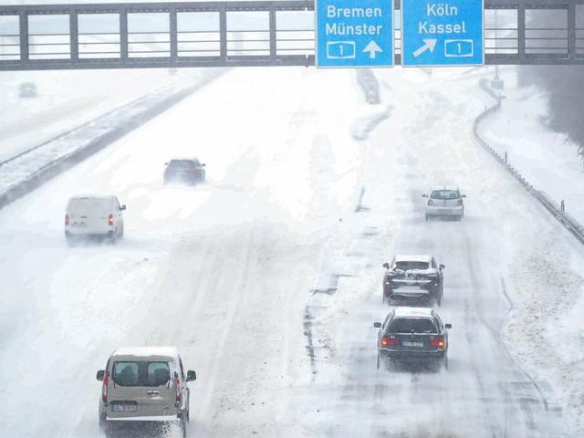 Deutschland: Schneesturm sorgt für Verkehrschaos