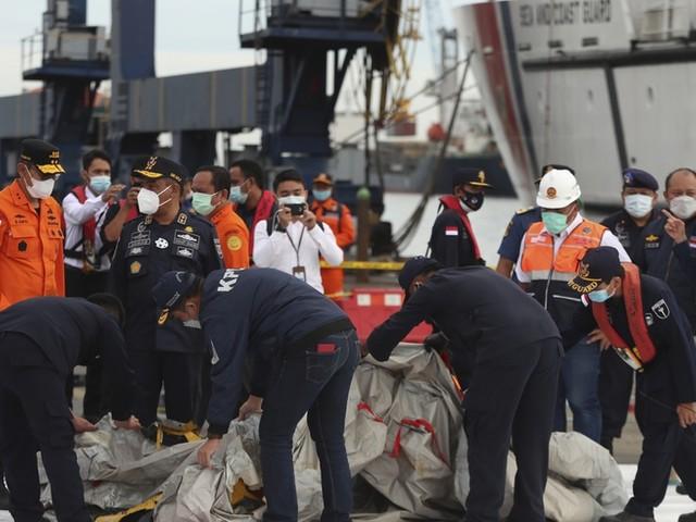 Indonesien: Leichenteile und Trümmer bei Suche nach Flugzeug gefunden
